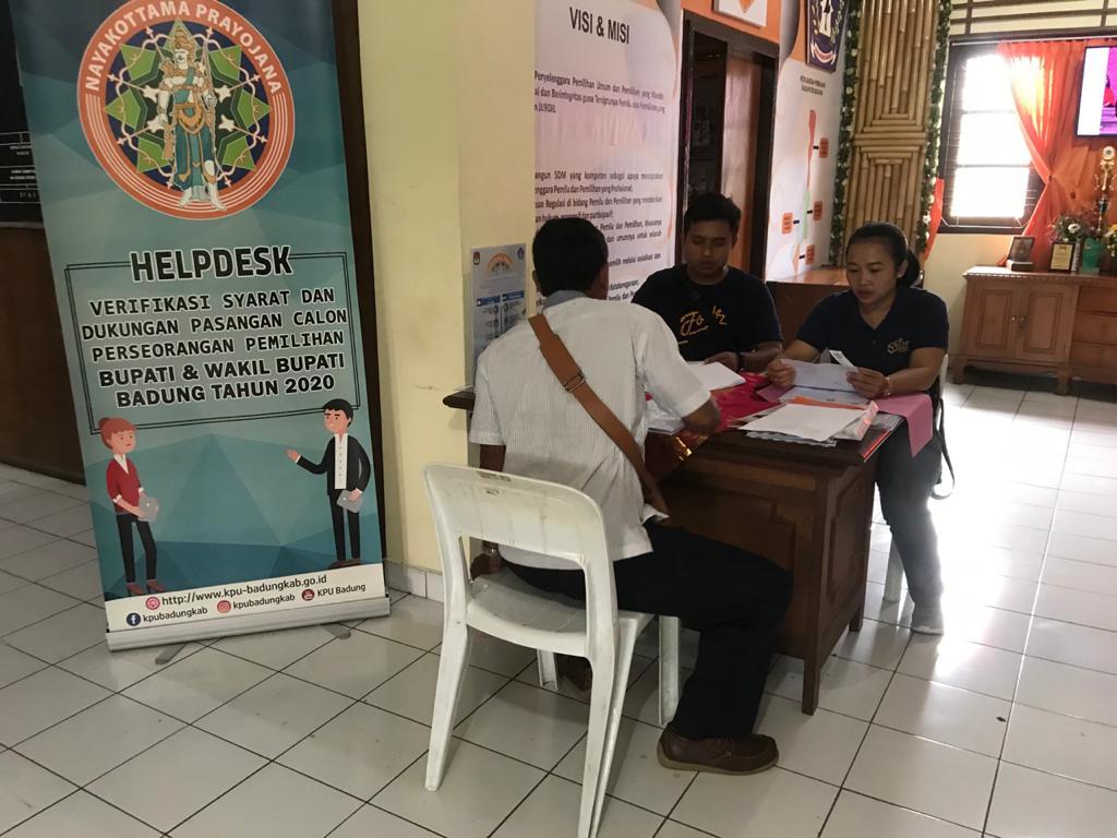 PELAMAR PPS mendatangi KPU Badung untuk mendaftarkan diri. Foto: Gus Hendra