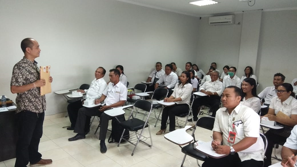 KETUA KPU Denpasar, Wayan Arsajaya, memperlihatkan bahan ujian tulis bagi pelamar PPS untuk Pilkada Denpasar 2020, Rabu (4/3/2020). Foto: gus hendra
