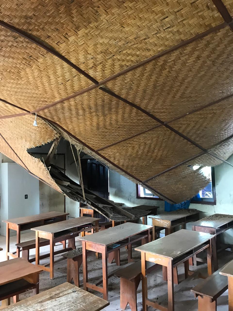 KONDISI gedung SDN 4 Songan di Banjar Peradi, Desa Songan A, sangat memprihatinkan. Plafon ruang kelas jebol akibat kayu penyangga lapuk, sehingga siswa terpaksa belajar di luar ruangan. Foto: aa ngurah girinatha