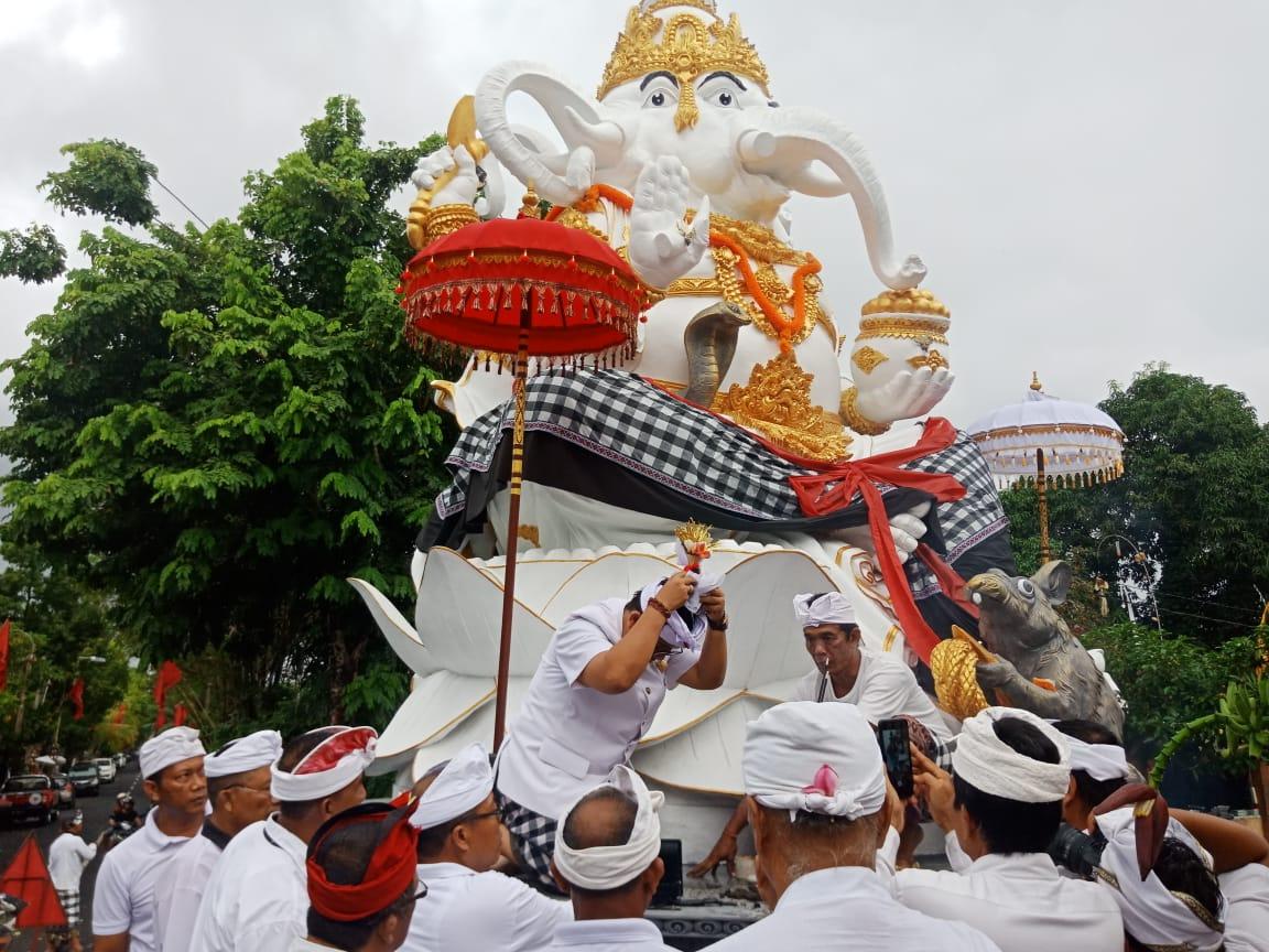 PROSESI pemelaspasan patung Dewa Ganesha di Banjar Dauh Pala, Desa Dauh Peken, Tabanan, Minggu (1/3/2020). Foto: Istimewa