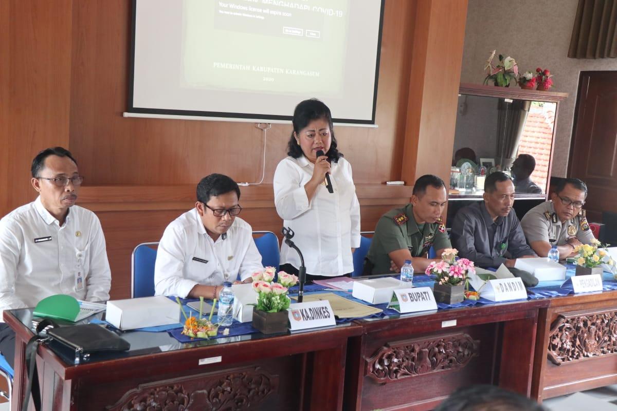BUPATI Mas Sumatri saat memimpin rapat terkait antisipasi corona di kantor Dinas Kesehatan, Rabu (4/3/2020). Foto: istimewa