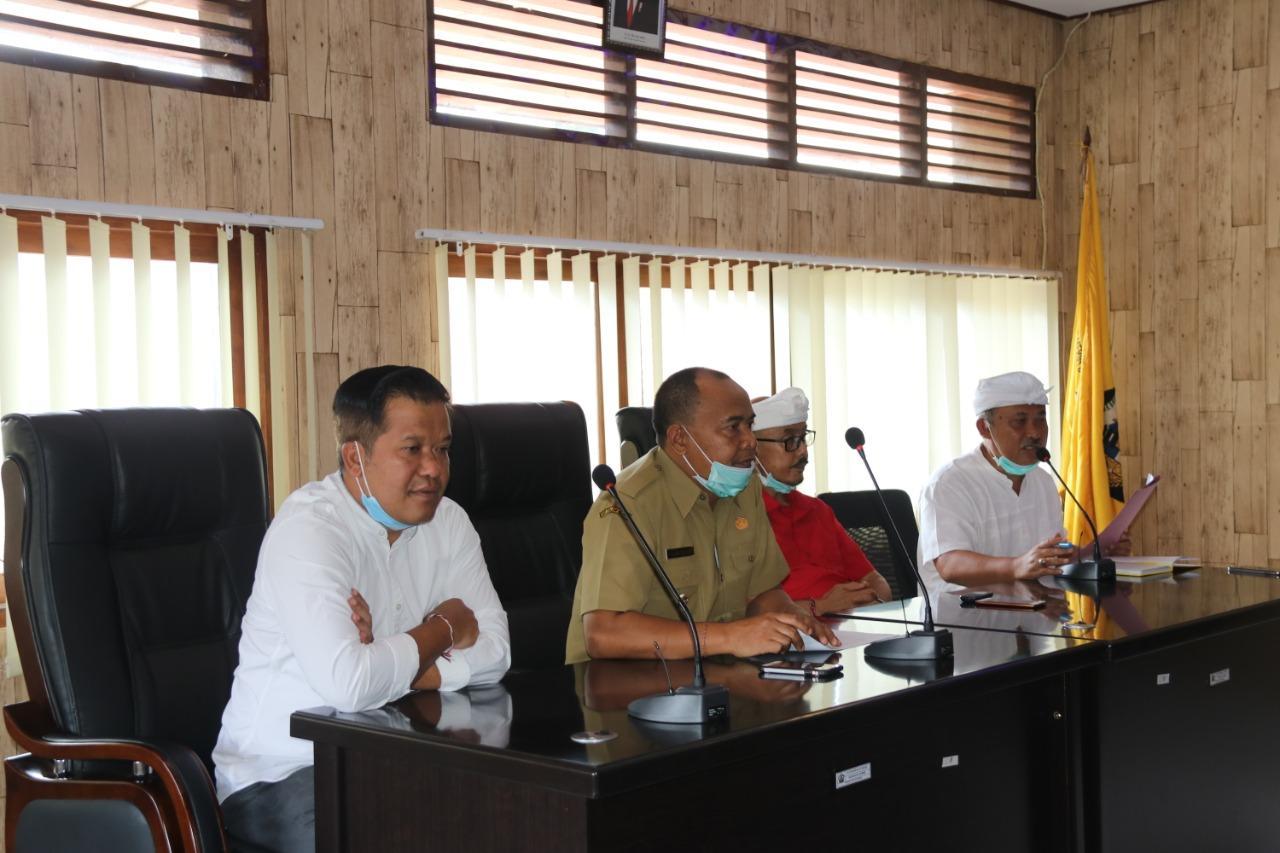 BUPATI Bangli, I Made Gianyar, memimpin rapat koordinasi bersama instansi terkait dalam upaya pencegahan dan pengendalian penyebaran Covid-19, Senin (23/3). Foto: gia