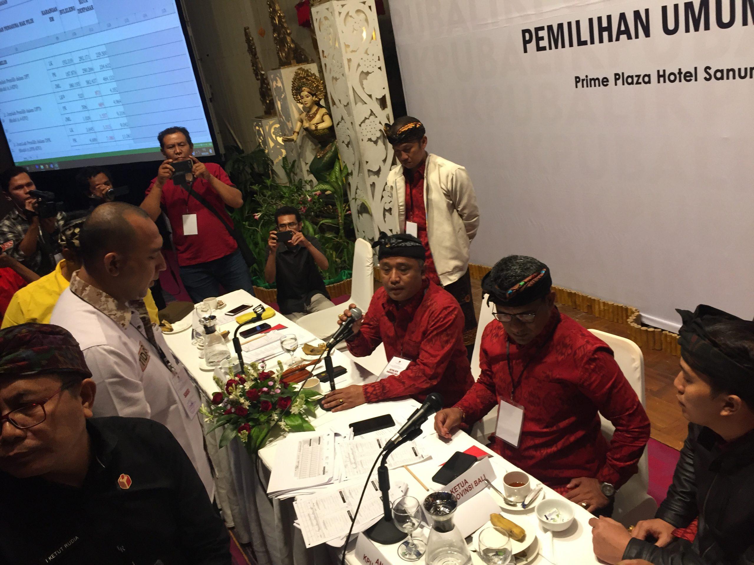 SUASANA rapat pleno penghitungan suara hasil pemilu 2019 oleh KPU Bali yang sempat tegang, karena saksi salah satu parpol menilai penyelenggara pemilu kurang profesional dalam proses penghitungan suara di salah satu TPS di Karangasem. Foto: gus hendra
