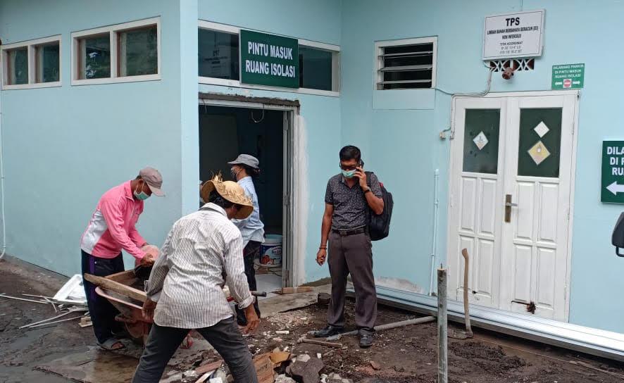 PEMBUATAN ruang isolasi pasien calam pengawasan corona di RSUD Sanjiwani Gianyar. Foto: kadek adiputra wirawan