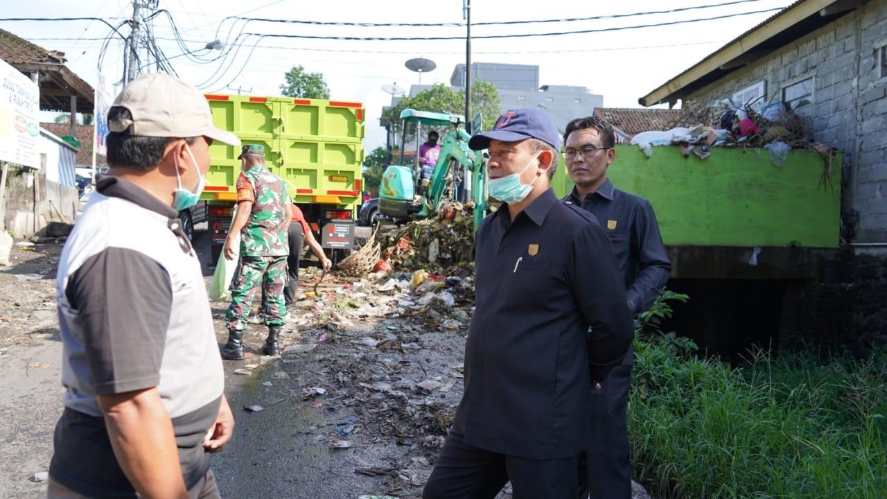 KETUA DPRD Karangasem, I Gede Dana, yang didampingi Wakil Ketua I Nengah Sumardi, turun mengecek luberan sampah di kawasan Pasar Bebandem, Karangasem. Foto: nengah adi suda dharma