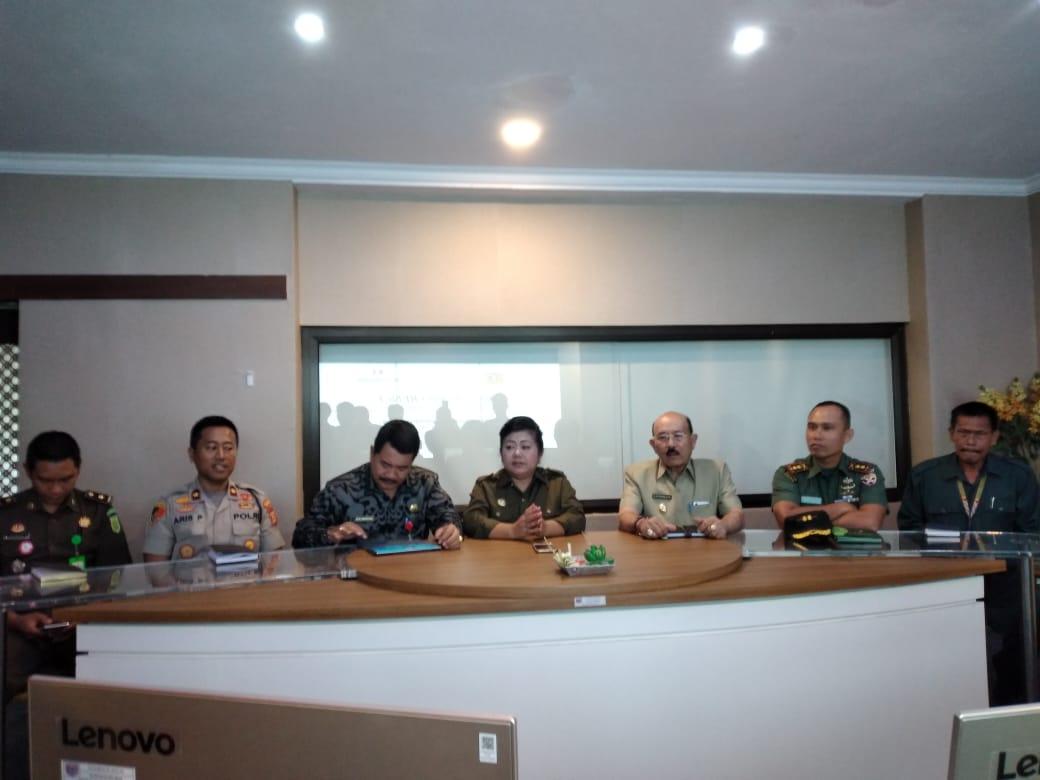 BUPATI Karangasem, I Gusti Ayu Mas Sumatri, saat memimpin rapat terkait penanganan Corona di Kantor Bupati Karangasem, Senin (16/3/2020). Foto: nengah adi suda dharma