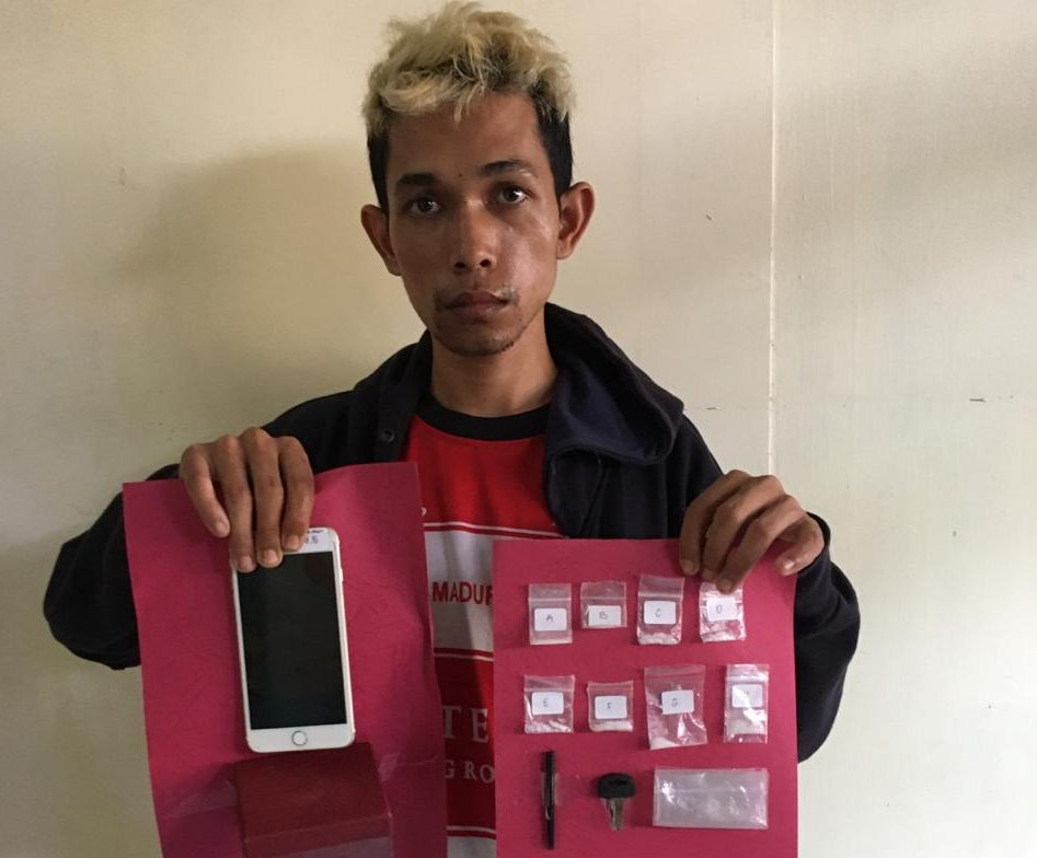 TERSANGKA Saiman alias Suleman menunjukkan barang bukti sabu-sabu. Foto: baw