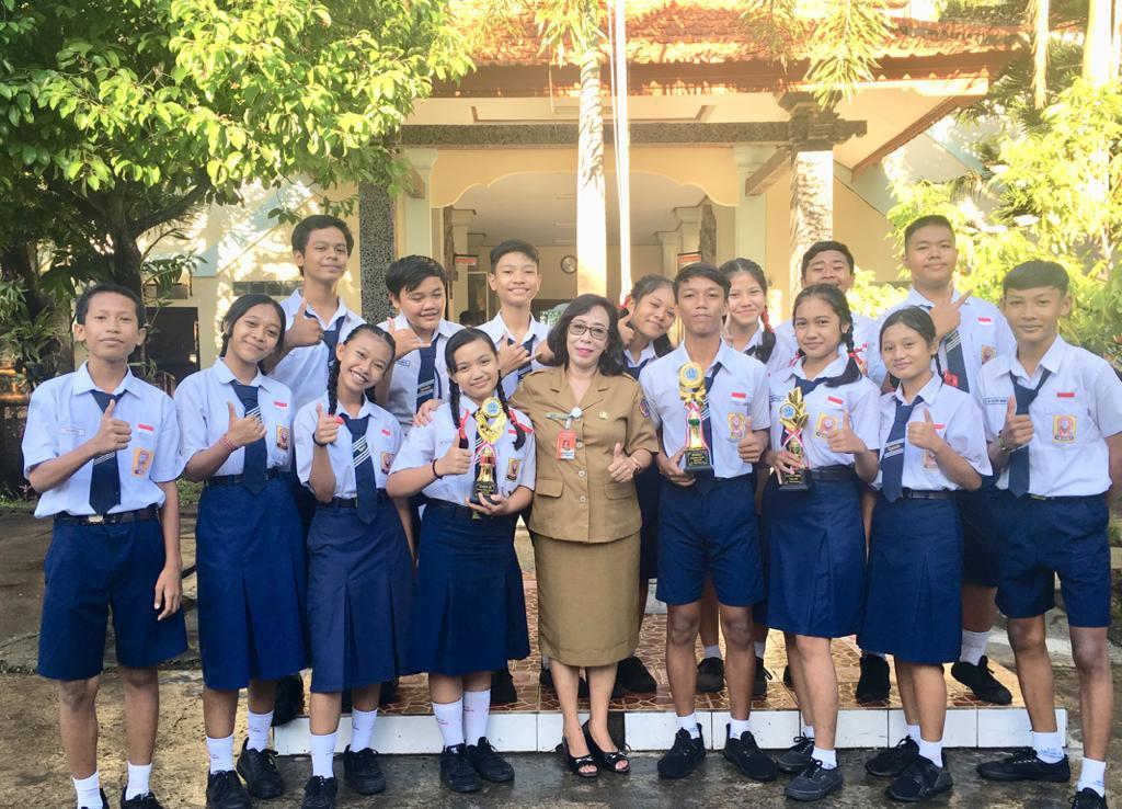 TIM Teater Dirga foto bersama Kepala SMPN 6 Denpasar, Ni Nyoman Suci. Foto: Putra Sasmitha
