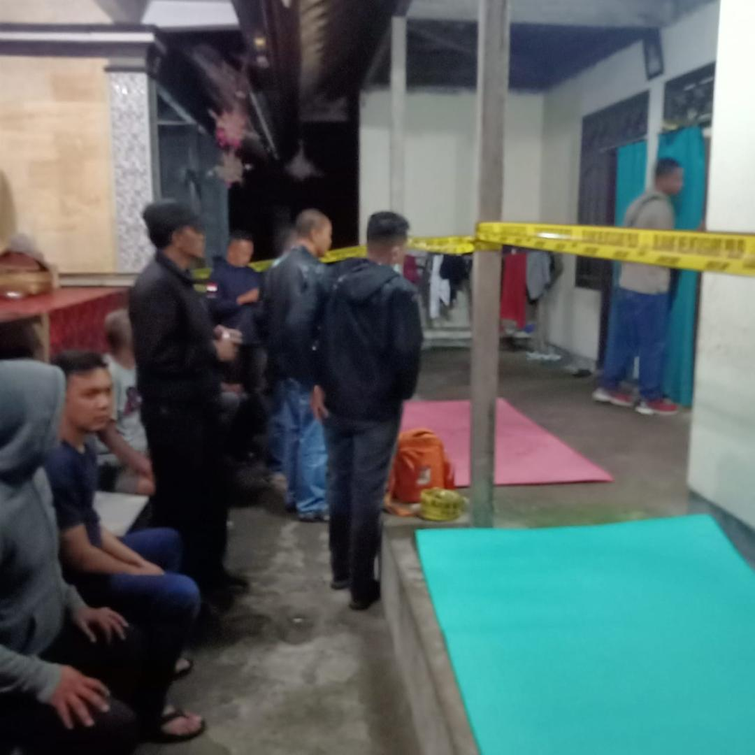 POLISI melakukan olah TKP bunuh diri di Cempaga. Foto: aan girinatha