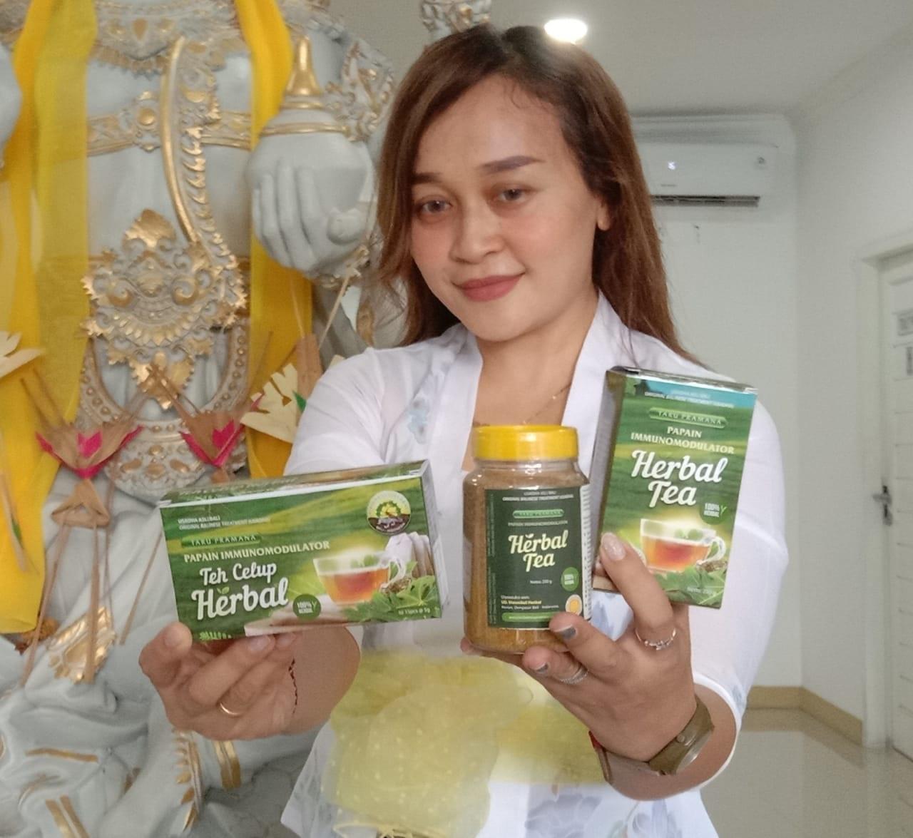 KETUA Inbis Unhi, Ida I Dewa Ayu Yayati Wilyadewi, menunjukkan teh herbal karya dosen Unhi. Foto: istimewa