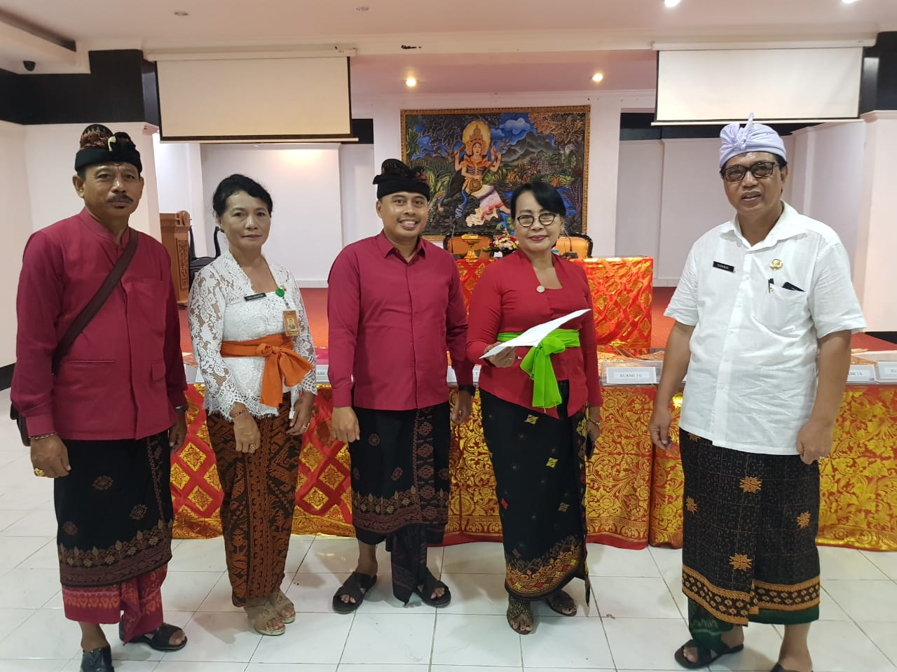 KADISDIKPORA Kota Denpasar, I Wayan Gunawan, didampingi Ni Made Tirta Ariantini dan Ni Wayan Nadi Supartini saat memantau pelaksanaan pemantapan UN di SMP Dwijendra Denpasar, Senin (9/3/2020). Foto: putra sasmitha