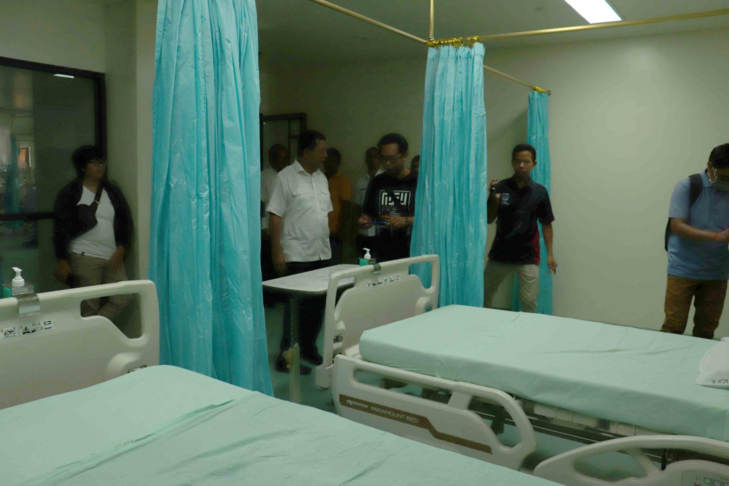 WABUP Sutjdira saat mengecek kondisi ruangan isolasi di RSUD Buleleng khusus untuk penanganan pasien suspect corona. Foto: istimewa