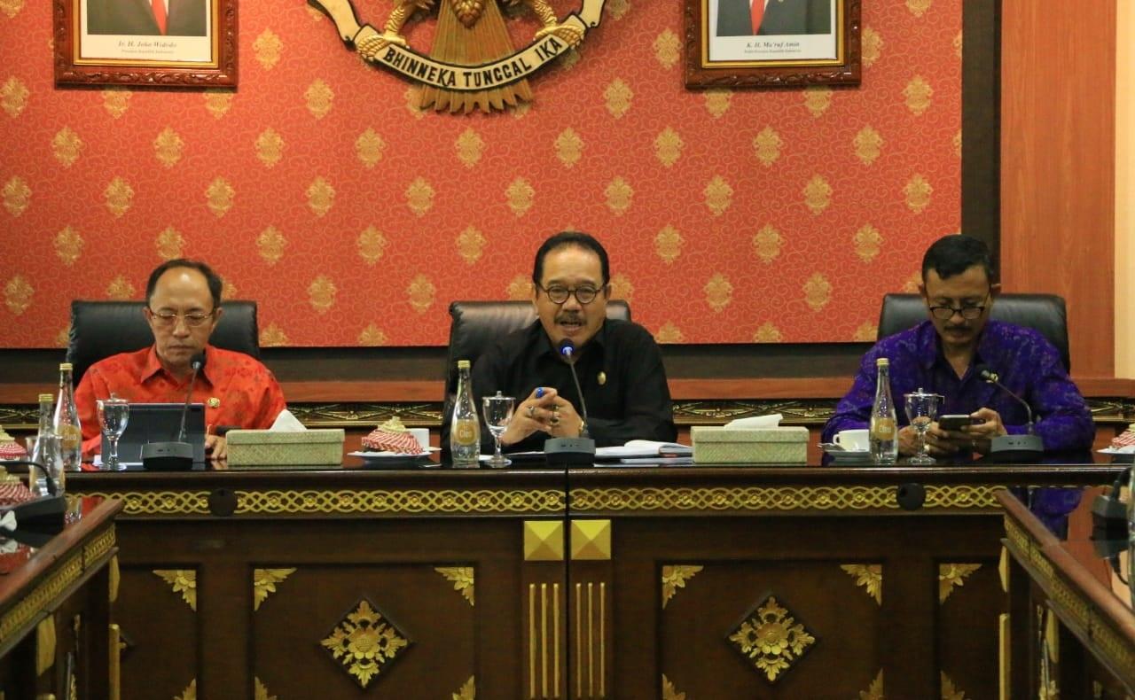 WAGUB Cok Ace (tengah) saat memimpin Rapat Koordinasi Kesiapan Siagaan Menghadapi Virus Corona, di Ruang Rapat Prajasabha Kantor Gubernur Bali, Denpasar, Selasa (3/3). Foto: ib alit susanta