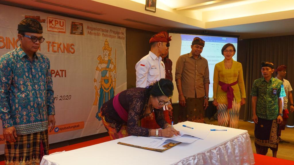 ANGGOTA PPK Badung saat dilantik oleh Ketua KPU Badung, Wayan Semara Cipta, di salah satu hotel di Seminyak, Kuta, Kamis (27/2/2020).