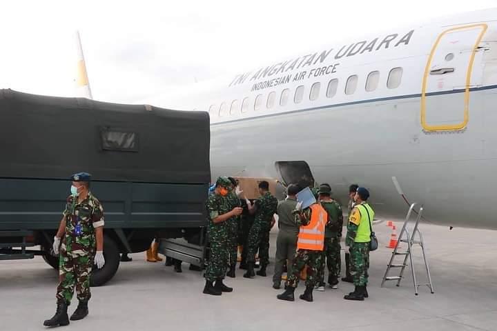 PESAWAT Boeing 737-400 dengan nomor registrasi A-7308 milik Skadron Udara 17 Halim Perdanakusuma mendistribusikan peralatan kesehatan berupa Alat Pelindung Diri (APD) ke wilayah Provinsi Bali melalui Base Ops Lanud I Gusti Ngurah Rai, Senin (23/3/2020). Foto: istimewa