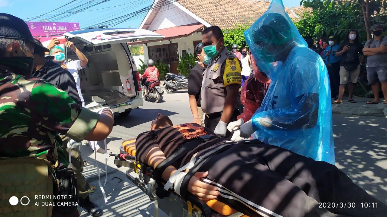 SATGAS dan petugas medis mengamankan WNA yang diduga depresi di di Jalan Raya Berawa, Desa Tibubeneng, Kecamatan Kuta Utara, Senin (30/3/2020), dengan APD seadanya. Foto: istimewa