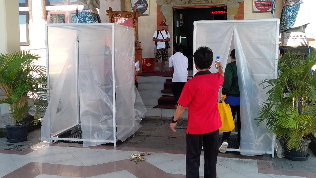 DUA bilik disinfektan disiapkan untuk pegawai serta masyarakat yang masuk kantor Bapenda Badung. Foto: istimewa