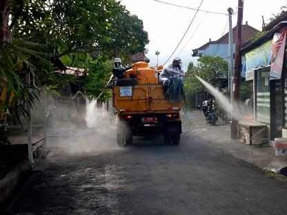PEMKOT Denpasar mengerahkan seluruh kekuatan armada yang dimiliki untuk melakukan penyemprotan secara massal di wilayah Denpasar Barat (Denbar). Foto: istimewa