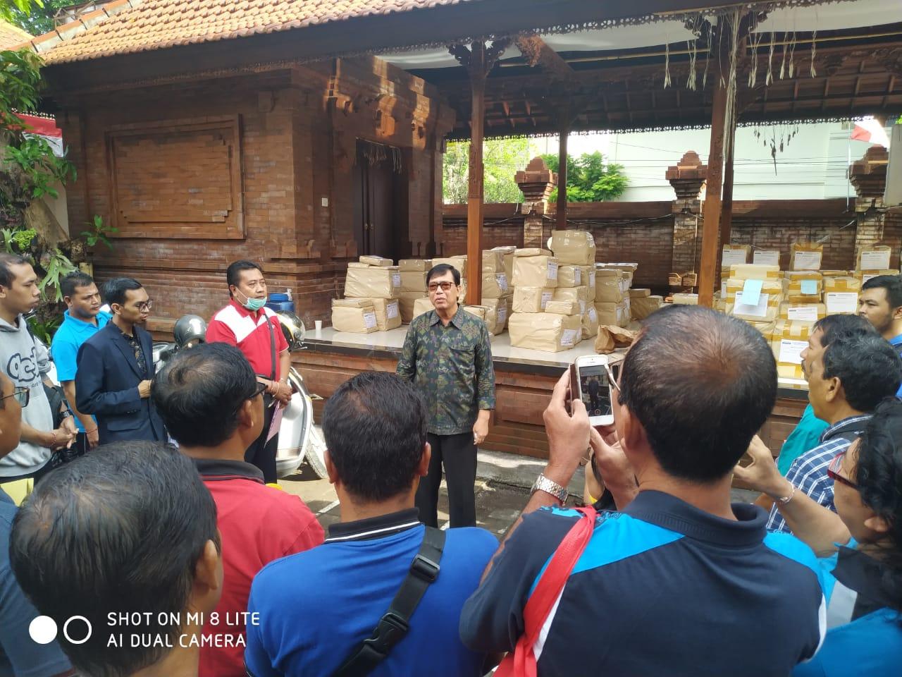 KADISDIKPORA Kota Denpasar, I Wayan Gunawan memberi pengarahan kepada kepala SMP/MTs negeri dan swasta sebelum pendistribusian soal ujian pemantapan SMP/MTs di kantor Disdikpora Kota Denpasar, Minggu (8/3/2020). Foto: putra sasmitha