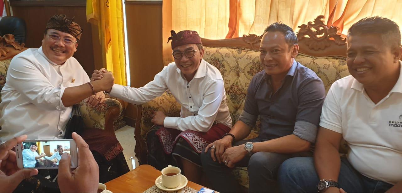 SUGAWA Korry bersalaman komando dengan tokoh pariwisata Sanur, IB Sidharta, yang sowan ke kantor DPD Partai Golkar Bali, Jumat (6/3/2020). Foto: gus hendra