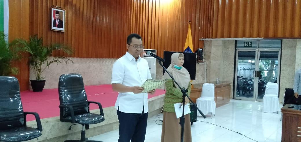 GUBERNUR Zulkieflimansyah didampingi Wagub Sitti Rohmi Djalilah saat mengumumkan satu warga NTB positif Covid-19, di Gedung Sangkareang, Komplek Kantor Gubernur NTB, Selasa (24/3). Foto: rul