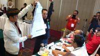 KPU Bali menunjukkan data C1 saat pleno pengitungan suara Pemilu Serentak 2019. Foto: gus hendra