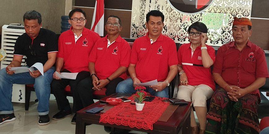 KETUA Fraksi PDIP DPRD Bali, Dewa Made Mahayadnya (tengah), memaparkan hasil rapat pengurus DPD PDIP terkait dugaan perselingkuhan yang dilakukan dua anggota DPRD BalI dari PDIP, I Kadek Diana dan Kadek Dwi Yustiawati, Minggu (15/3). Foto: gus hendra