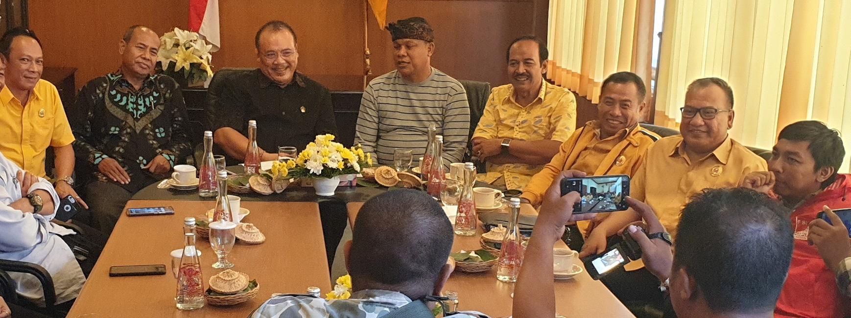 NYOMAN Sugawa Korry (tengah) bersama para pemimpin partai yang perolehan suaranya minor di parlemen daerah di Bali, saat berbincang di DPD Partai Golkar Bali membahas rencana koalisi bersama menantang PDIP dalam Pilkada Serentak 2020. Meski belum ada kesepakatan resmi, kemungkinan koalisi gemuk ini akan terwujud dalam waktu dekat. Foto: gus hendra