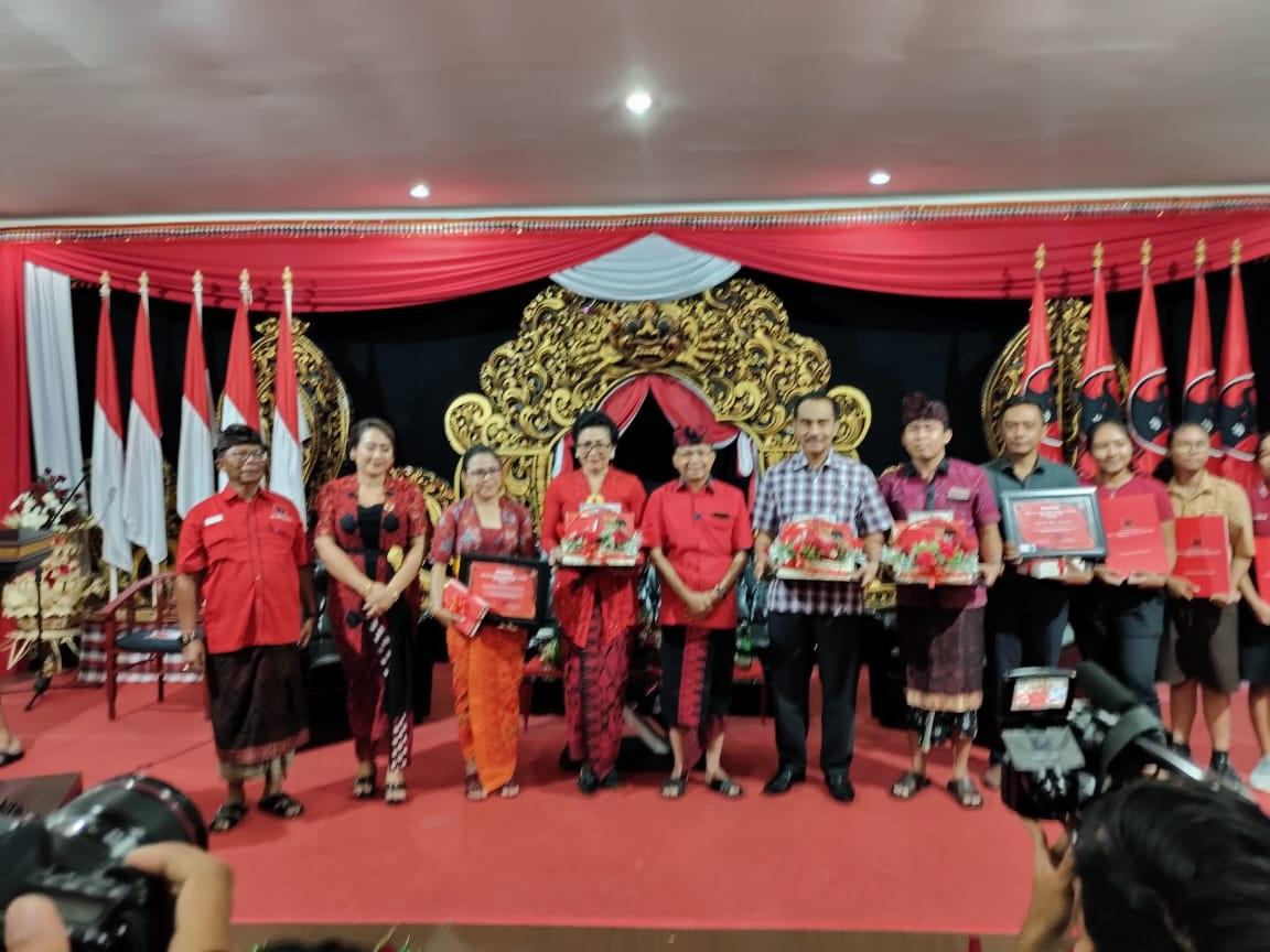 KETUA DPD PDI Perjuangan, I Wayan Koster bersama istri, Putri Suastini Koster, dan Dr. Diah Werdhi Srikandi saat sosialisasi narkoba dan HIV/AIDS dalam rangka HUT ke-47 PDI Perjuangan yang dihadiri ribuan para milenial pada Sabtu (7/3/2020) di aula Kantor DPD PDI Perjuangan Bali, Denpasar. Foto: istimewa