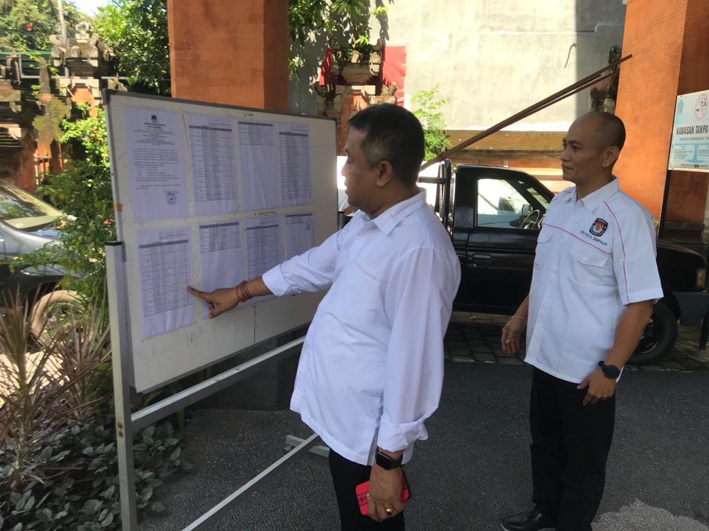KETUA KPU Bali, I Dewa Agung Lidartawan (kiri), didampingi Ketua KPU Denpasar, Wayan Arsajaya, saat melihat papan pengumuman pelamar PPS di kantor KPU Denpasar. Foto: gus hendra