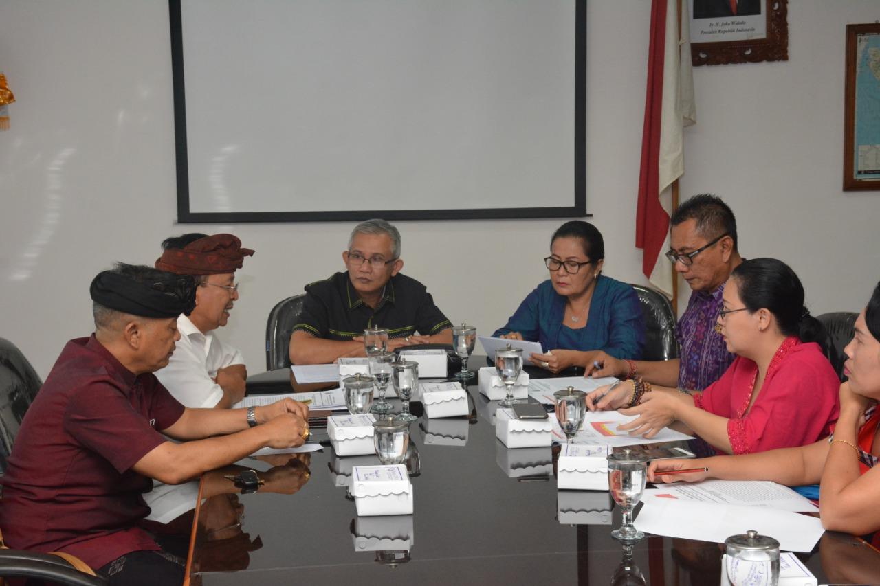 KETUA Komisi 2 DPRD Bali, IGK Kresna Budi (tiga kiri), saat memimpin rapat kerja dengan Dinas Pertanian dan Ketahanan Pangan Provinsi Bali membahas wabah flu babi, Kamis (12/3/2020). Foto: gus hendra