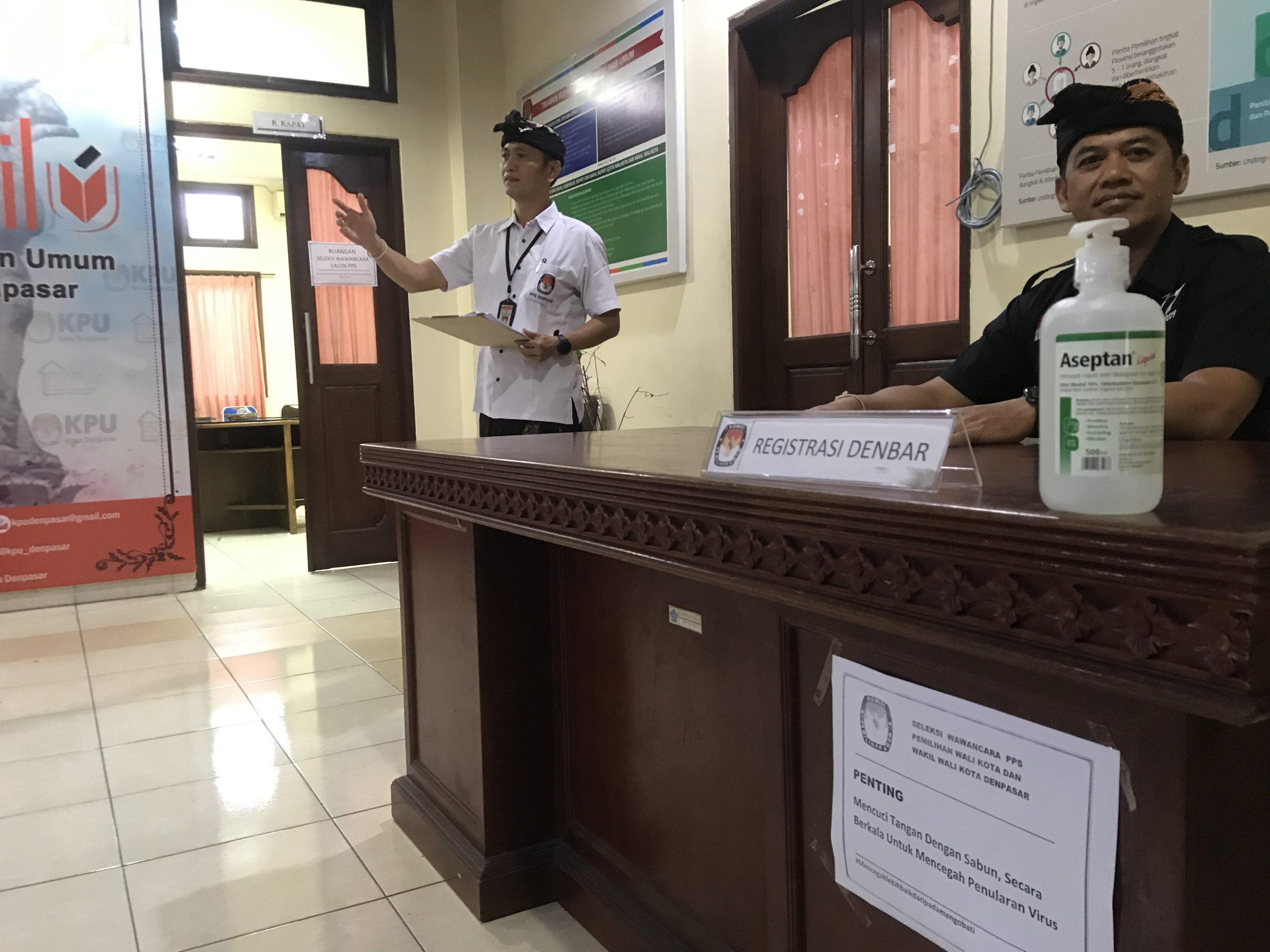 CAIRAN sanitasi tangan disediakan di meja panitia tes wawancara pelamar PPS di KPU Denpasar, Kamis (12/3/2020). Foto: gus hendra