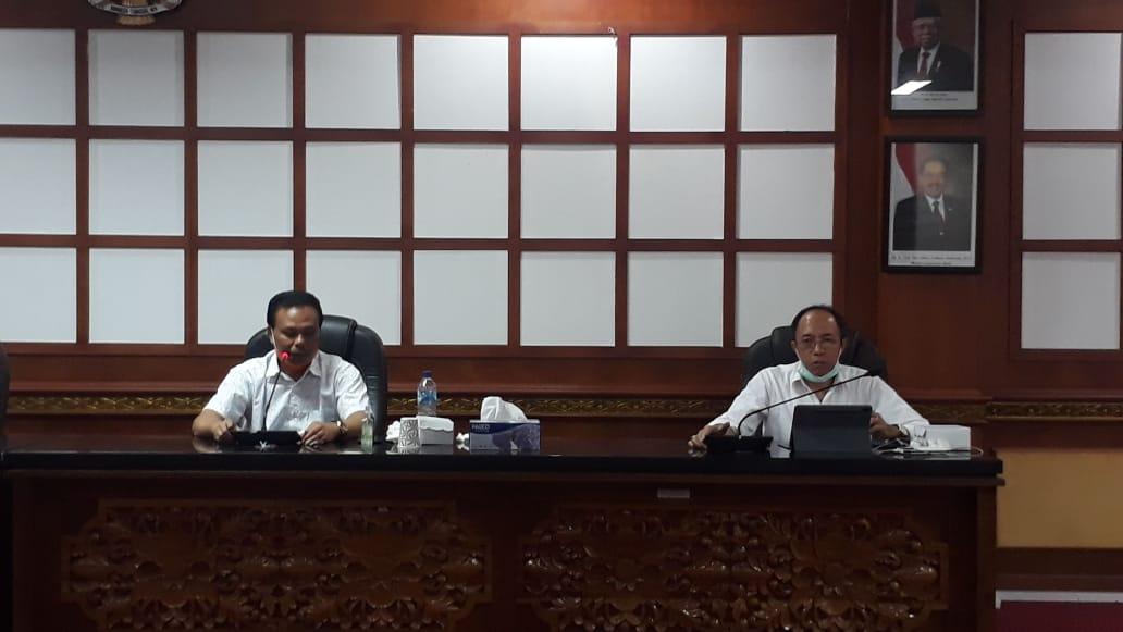 KETUA Satgas, Dewa Made Indra, saat memimpin rapat di ruang rapat Inspektorat Provinsi Bali membahas kepulangan 250 pekerja migran.