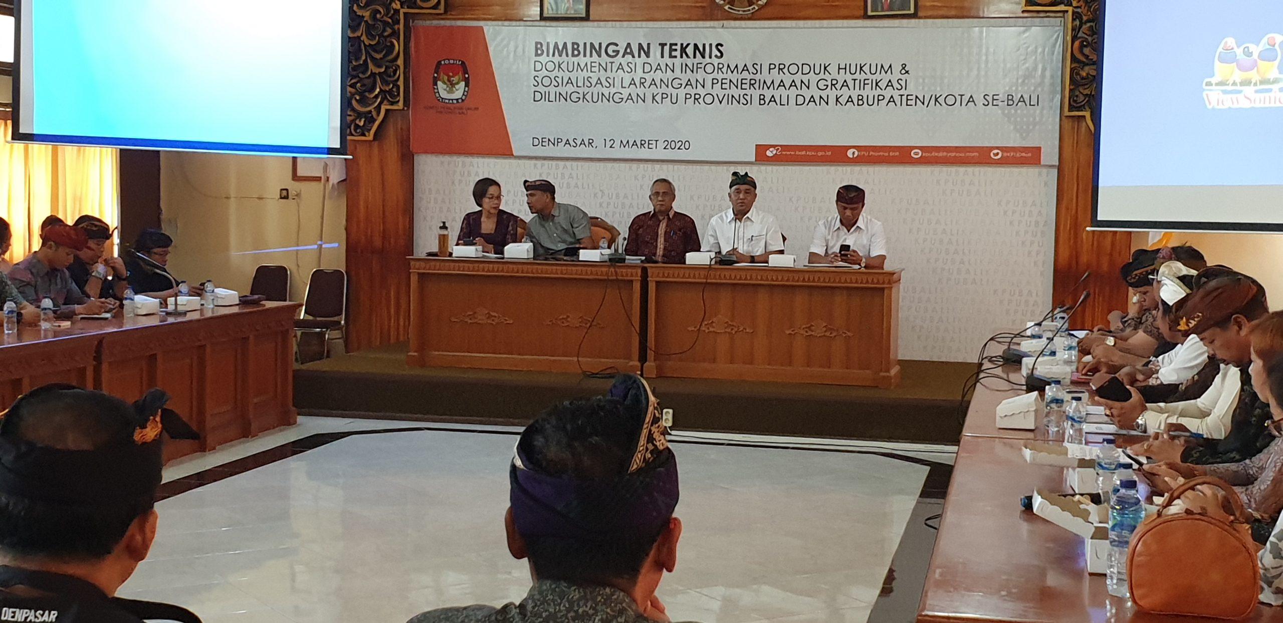 PARA komisioner dan sekretaris KPU di Bali menyimak pemaparan Ketua KPU Bali, I Dewa Agung Lidartawan (dua kanan di meja depan), dalam sosialisasi larangan menerima gratifikasi penyelenggara pemilu di KPU Bali, Kamis (12/3/2020). Foto: gus hendra
