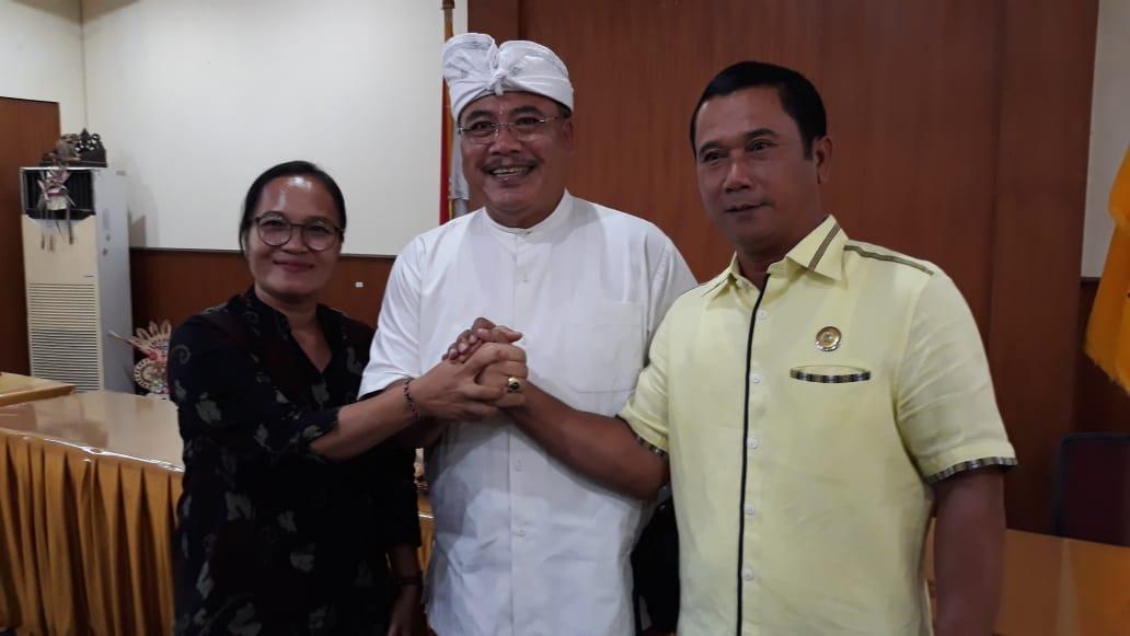 Sugawa Korry (tengah) bersama Wayan Muntra dan DAP Sri Wigunawati usai pengumuman pengurus DPD Partai Golkar Bali periode 2020-2025, Senin (9/3). Foto: Ambros