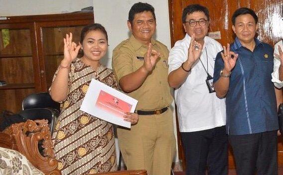 ANGGOTA Fraksi Golkar DPRD Bali, Yuli Artini (kiri), bersama pimpinan OPD dan rekan legislator usai rapat kerja dengan eksekutif. Yuli termasuk perempuan yang tetap eksis dan mampu mendulang suara di dunia politik. Foto: gus hendra