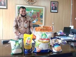 SUHARDI memperlihatkan produk pangan untuk Bali. Foto: alt