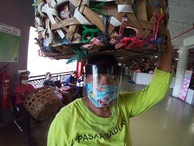 TUKANG suwun Pasar Badung kini pakai masker dan pelindung wajah. Foto: ist