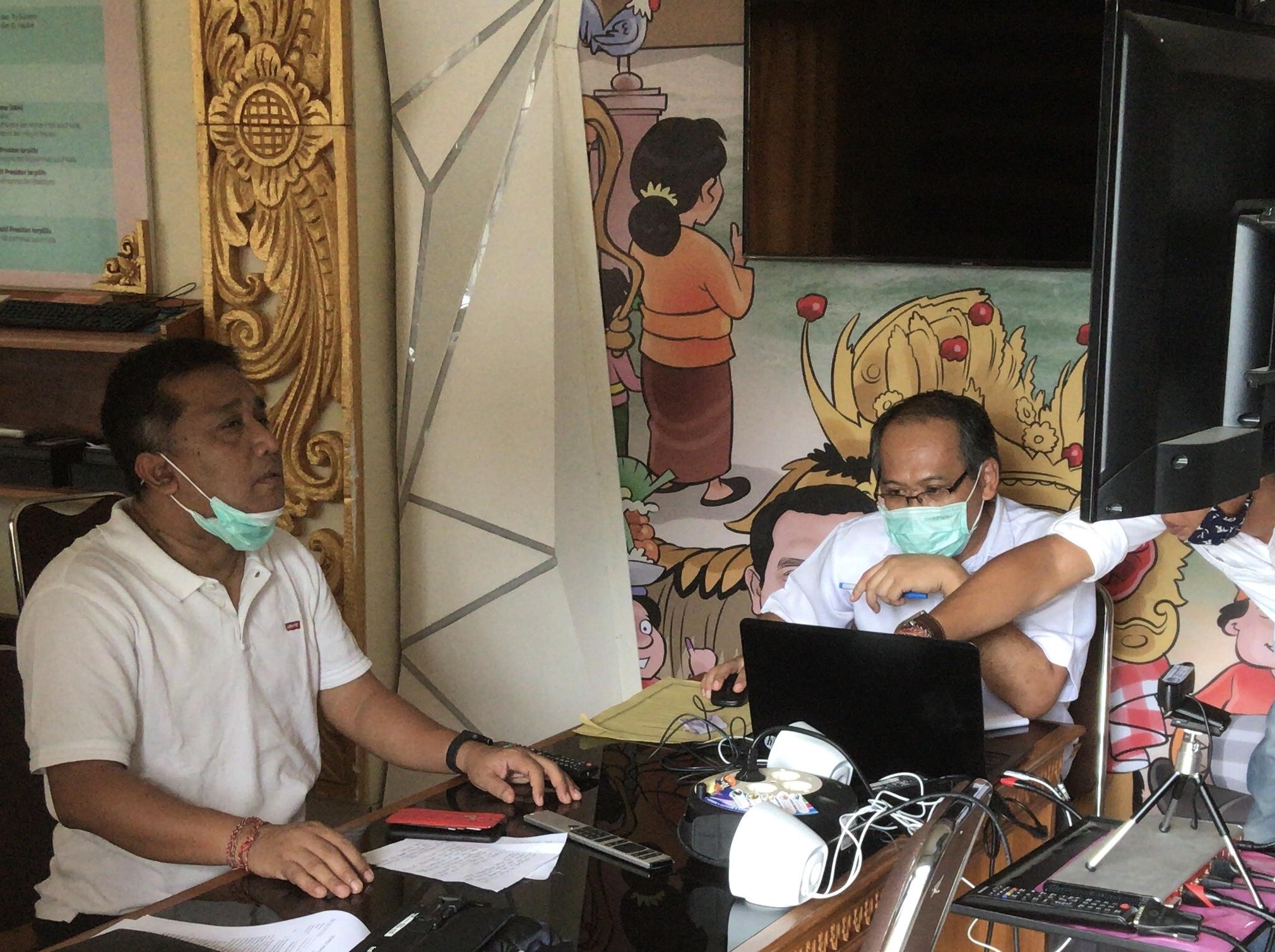 I Dewa Agung Lidartawan saat telekonferensi dengan jajaran KPU se-Bali beberapa waktu lalu. Foto: gus hendra