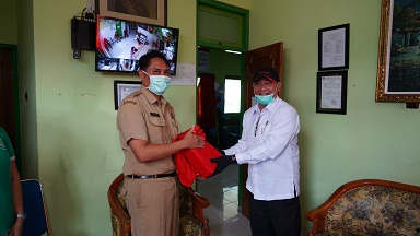 KETUA DPRD Karangasem, I Gede Dana menyumbangkan masker ke beberapa puskesmas di Karangasem, Senin (6/4/2020). Foto: nad