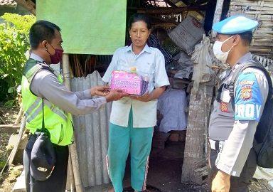 BHABINKAMTIBMAS jajaran Polres Bangli ketika memberikan sumbangan paket sembako pada masyarakat terdampak Covid-19, Minggu (19/4/2020). Foto: gia