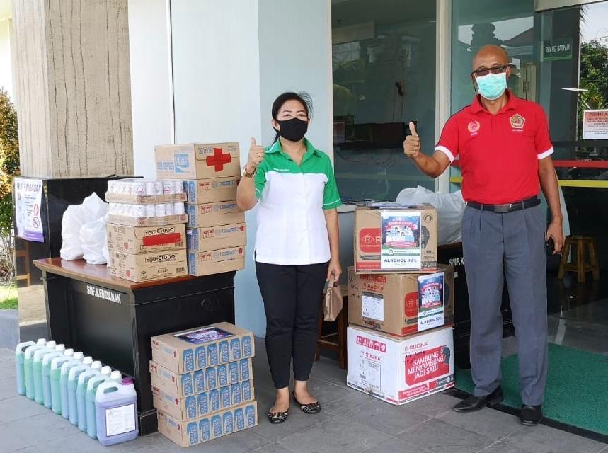 KEPALA Cabang BPD Bali Cabang Gianyar, Ni Nyoman Sri Utari Tresna, saat menyerahkan bantuan sosial ke RS Sanjiwani Gianyar. Foto: ist