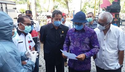 """KETUA DPRD Bali, Nyoman Adi Wiryatama, bersama I Ketut """"Boping"""" Suryadi, saat berkunjung dalam kegiatan tes cepat tahap kedua para PMI yang menjalani masa karantina di Hotel Tabanan, Rabu (29/4/2020). Foto: ist"""