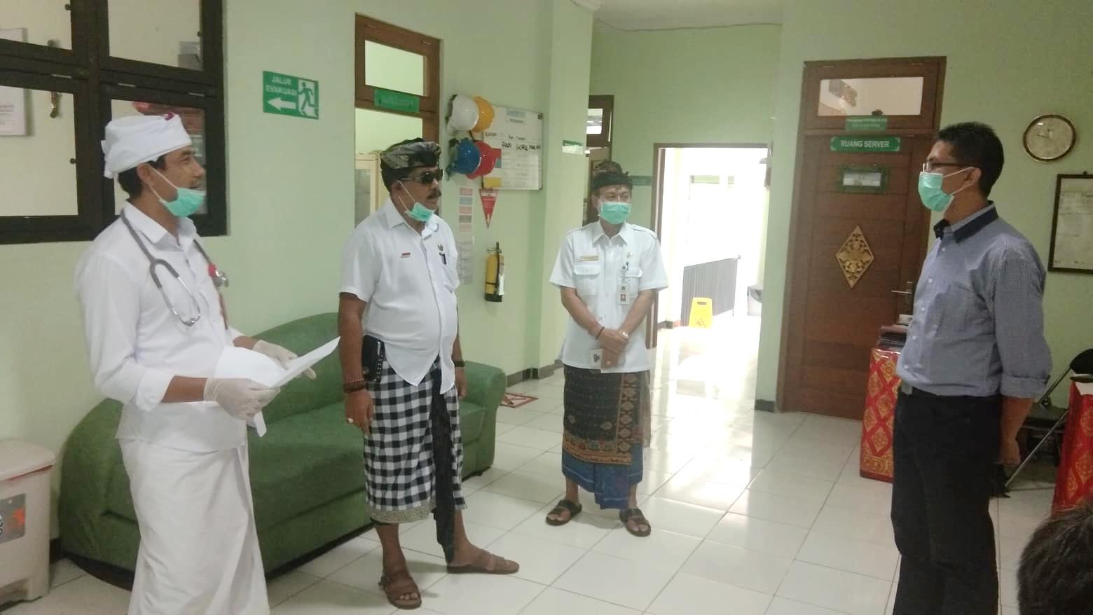 WABUP Kasta bersama Direktur RSUD Klungkung, dr. I Nyoman Kesuma meninjau UTD PMI RSUD Klungkung, Kamis (2/4/2020). Foto: baw