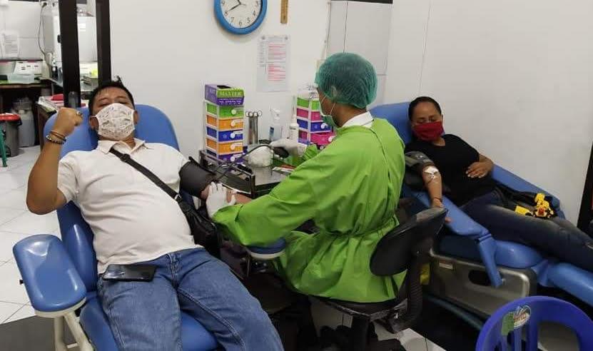 WARGA melakukan donor darah langsung di kantor Unit Transfusi Darah PMI Gianyar. Foto: adi
