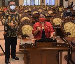 DIAH Srikandi bersama Ketua Fraksi Gerindra DPRD Bali, Ketut Juliarta, usai rapat paripurna DPRD Bali yang digelar secara virtual, Senin (20/4/2020). Foto: ist