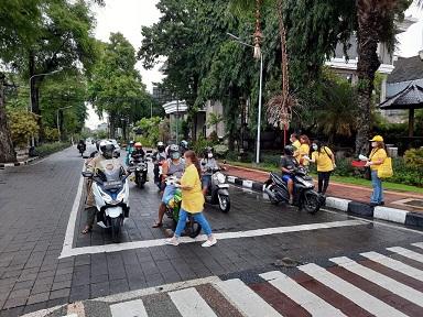 SATGAS Covid-19 Golkar Bali membagikan masker dan pembersih tangan kepada masyarakat di bundaran Catur Muka Denpasar. Foto: ist