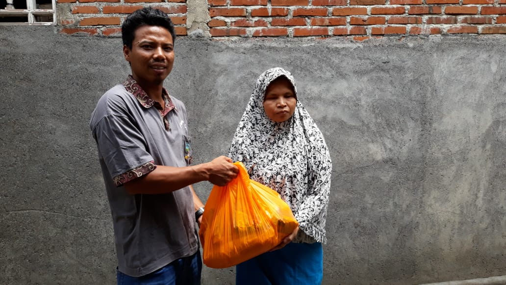 Para tuna netra NTB penerima paket sembako bantuan Dinsos NTB yang mengeluhkan paket beras dan mi instannya tak layak konsumsi. Foto: fahrul
