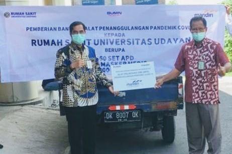 SENIOR Vice President Regional CEO Bank Mandiri Regional XI Bali dan Nusa Tenggara, Herinaldi, serahkan bantuan kepada Direktur Utama RS Unud, Dr. dr. Dewa Putu Gde Purwa Samatra,Sp.S(K).Foto: ist