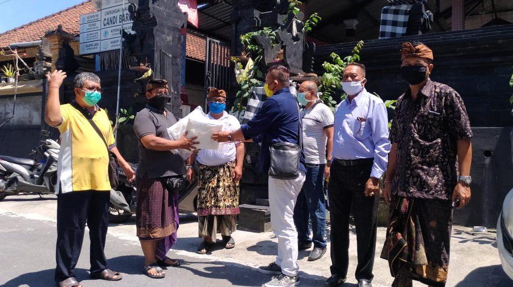 KETUA DPD Partai Golkar Gianyar, Made Dauh Wijana, bersama Fraksi Partai Golkar DPRD Gianyar menyerahkan APD kepada keluarga tenaga medis. APD yang mereka bawa ditolak Puskesmas Blahbatuh II, Gianyar. Foto:Ist